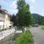 Das Hauptgebäude beim Mühlbach